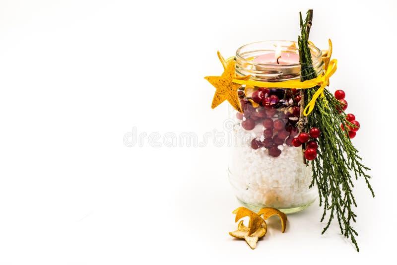 Bougie fabriquée à la main de Noël avec le métier rouge de baies d'isolement sur le blanc image libre de droits