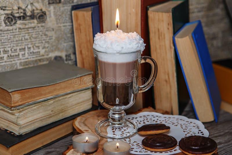 Bougie faite main sous forme de tasse de café irlandais avec du café photo stock