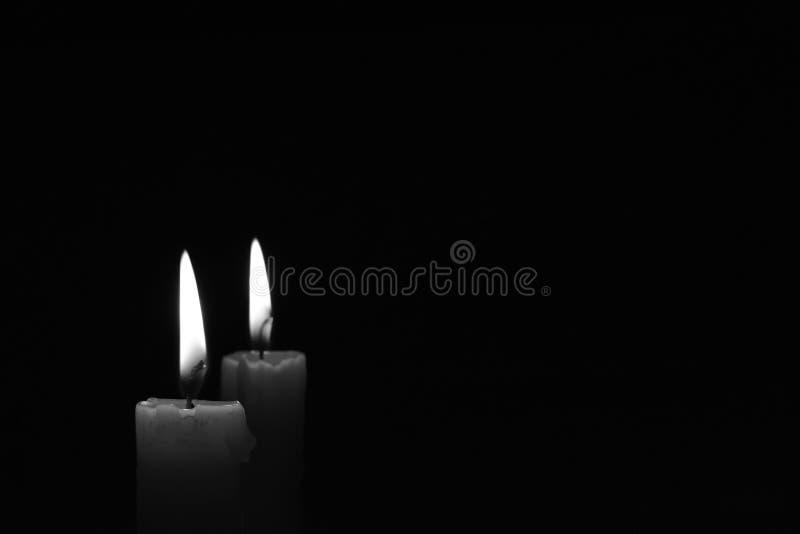 Bougie légère jaune brûlant brillamment à l'arrière-plan noir photos libres de droits