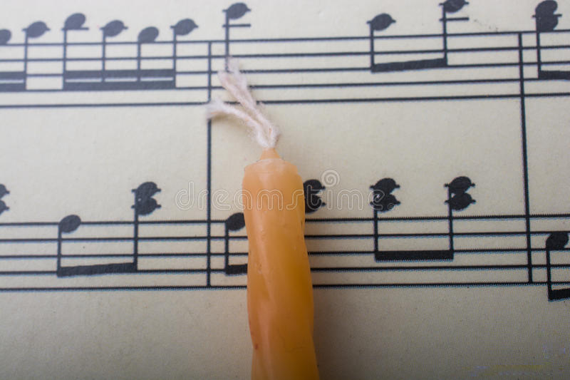 Download Bougie Placée Sur Le Papier Avec Les Notes Musicales Photo stock - Image du musical, sonore: 87701958