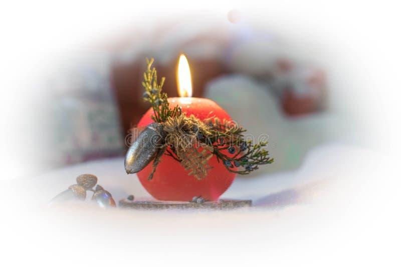 Bougie rouge dans la neige photographie stock