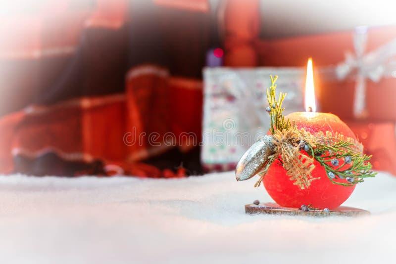 Bougie rouge dans la neige images stock