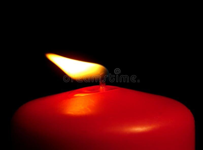 Bougie rouge dans le vent photographie stock