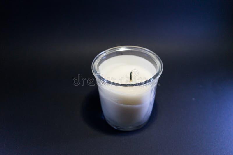 bougie sans lumière à l'intérieur du petit verre et du fond noir images stock