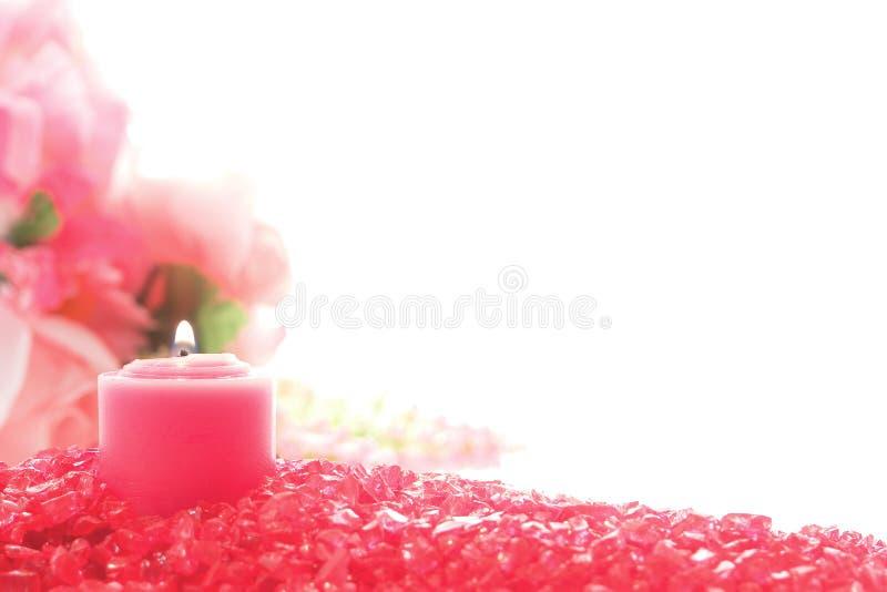 Bougie votive rose décorative sur le cristal photographie stock