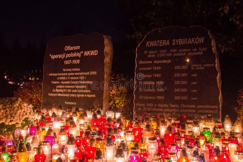 Bougies à la plaque commémorative consacrée aux victimes de l'opération polonaise du NKVD/ image libre de droits