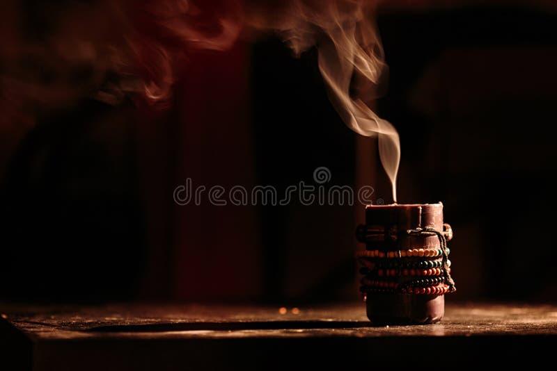 Bougies éteintes de fumée sur le fond noir images stock