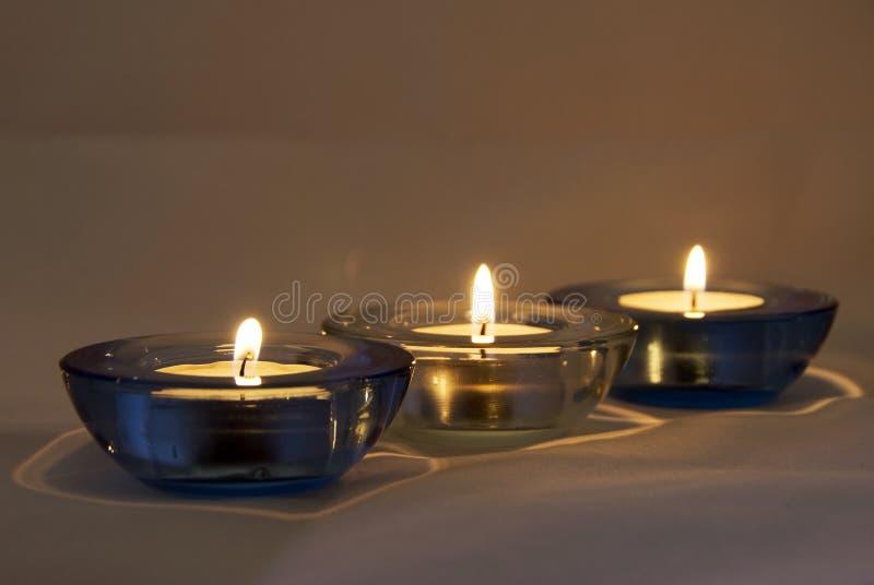 Bougies allumées - l'atmosphère photographie stock