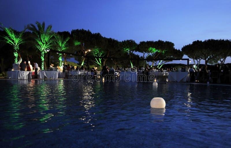 Bougies allumées sur la piscine, dîner, scène de crépuscule images stock