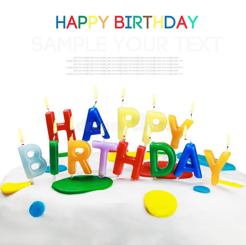 Bougies allumées sur un gâteau d'anniversaire d'isolement sur le fond blanc photos libres de droits