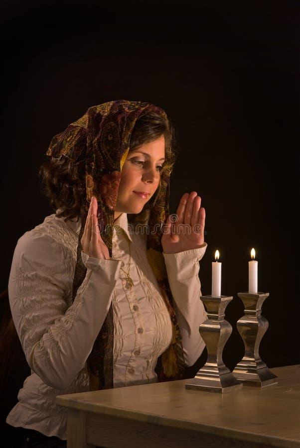 bougies allumant le shabbat photo libre de droits