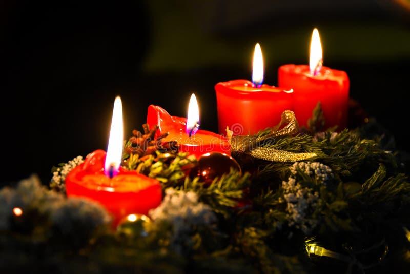 Bougies, avènement, guirlande de Noël, décorations de Noël photo stock