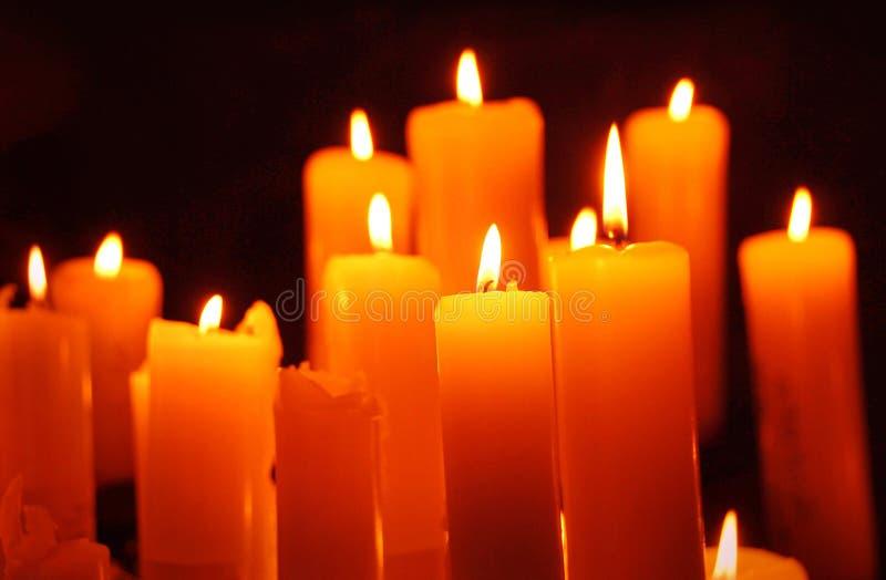 Bougies, bougie allumée sur le fond noir image libre de droits