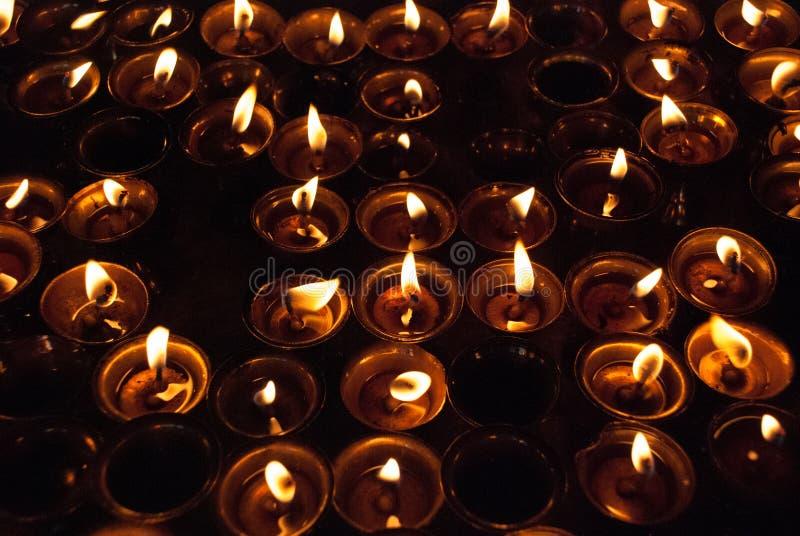 Bougies brûlant dans le temple bouddhiste dans Ladakh photographie stock