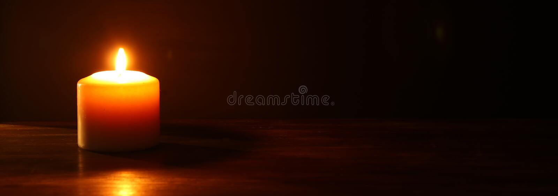 Bougies brûlantes au-dessus de fond noir photographie stock
