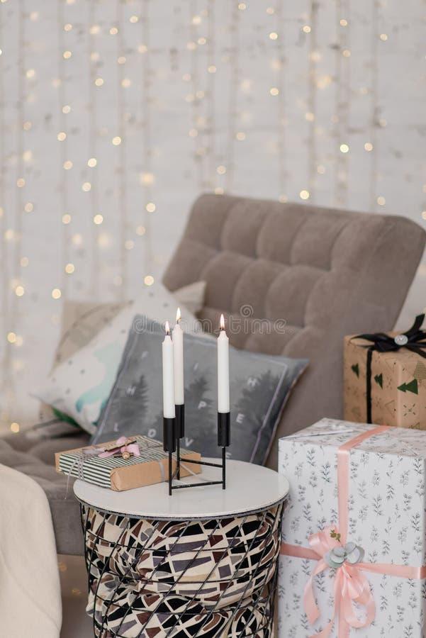 Bougies brûlantes dans la salle du Nouvel An sur la table photo stock