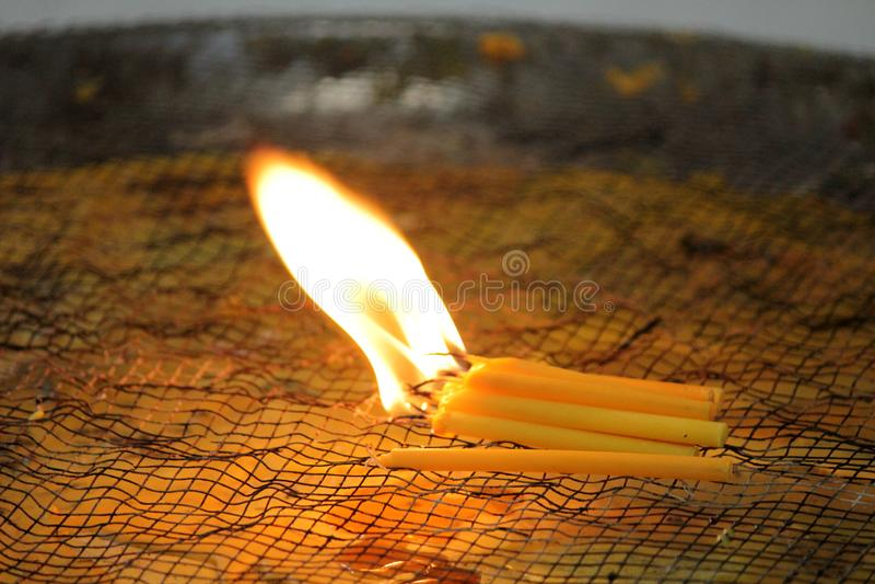 Bougies brûlantes pour adorer des choses sacrées selon des croyances religieuses photos stock