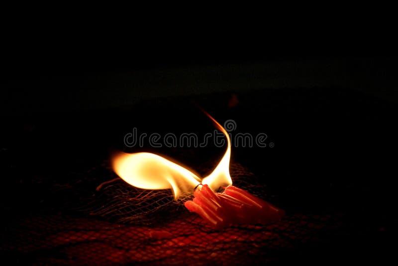 Bougies brûlantes pour adorer des choses sacrées selon des croyances religieuses images libres de droits