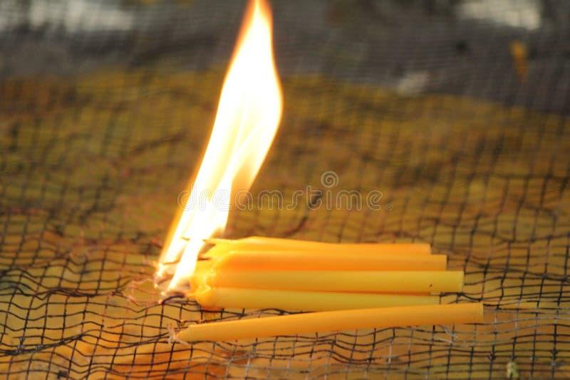Bougies brûlantes pour adorer des choses sacrées selon des croyances religieuses photo libre de droits