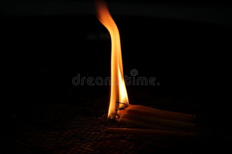 Bougies brûlantes pour adorer des choses sacrées selon des croyances religieuses image stock