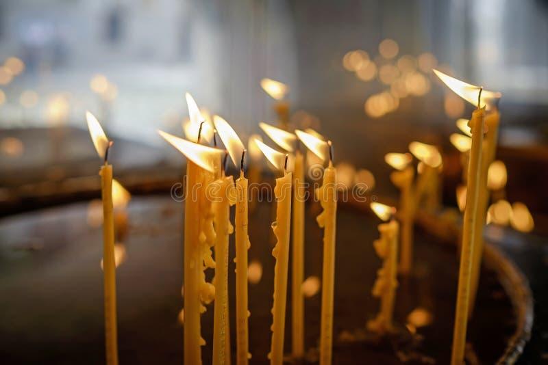 Bougies brûlantes sur l'autel du monastère 2 photos libres de droits