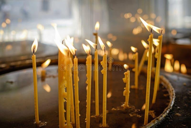Bougies brûlantes sur l'autel du monastère 1 image libre de droits