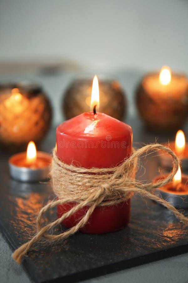 Bougies brûlantes sur la table photographie stock libre de droits