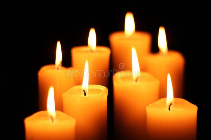 Bougies brûlantes de pyramide images libres de droits