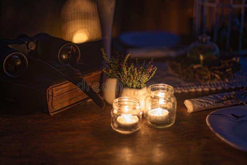 Bougies brûlantes sur la table près de la décoration pendant la nuit image libre de droits