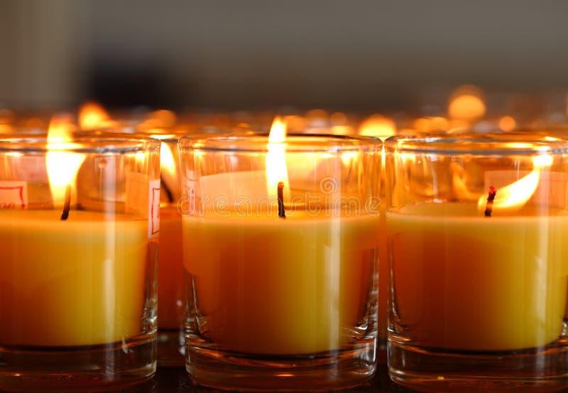 Download Bougies D'église Dans Des Lustres Transparents Jaunes Photo stock - Image du paix, bougie: 45358300