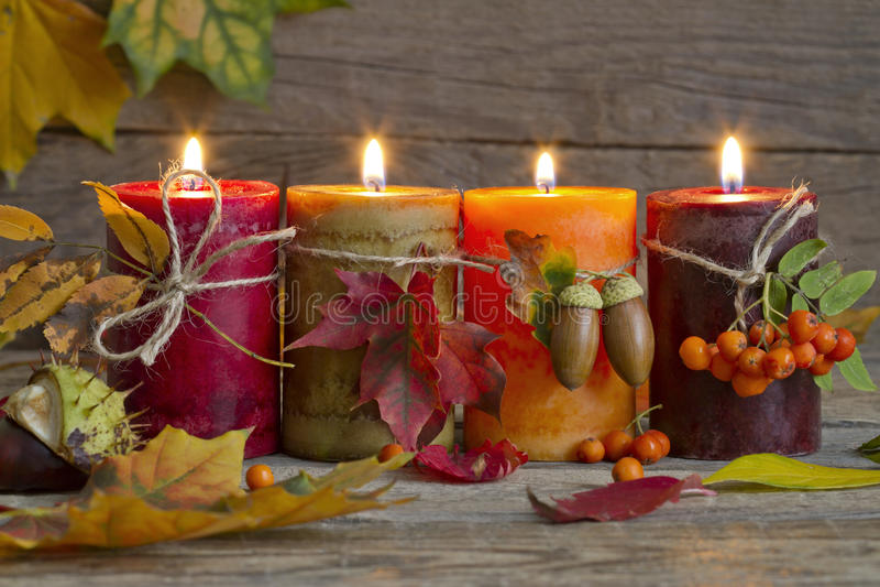 Bougies d'automne avec de feuilles vintage d'abrégé sur toujours la vie photographie stock