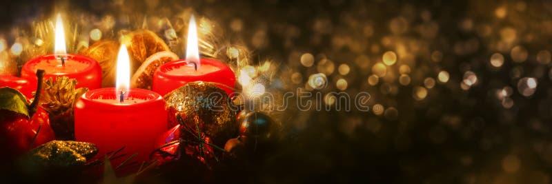 Bougies d'avènement avec la décoration de Noël image stock