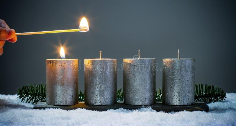 Bougies d'avènements de la lumière quatre avec des matchs photo stock