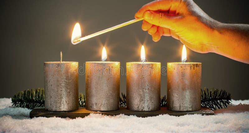 Bougies d'avènements de la lumière quatre avec des matchs image stock
