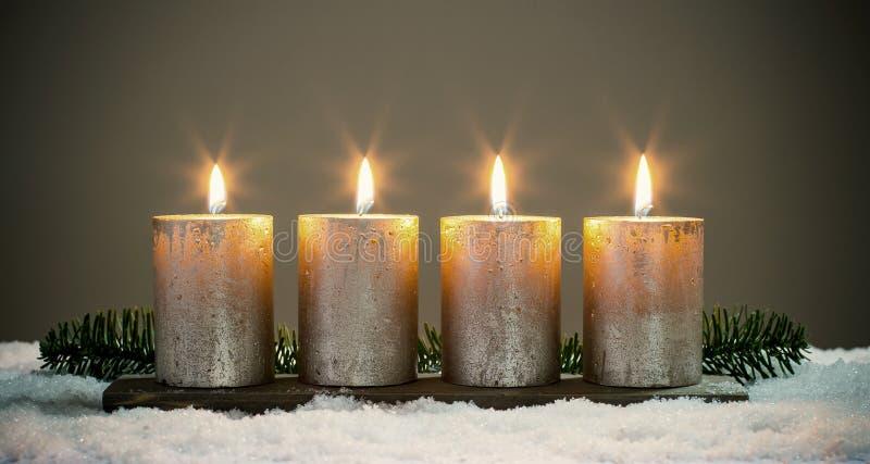 Bougies d'avènements de la lumière quatre avec des matchs photographie stock libre de droits