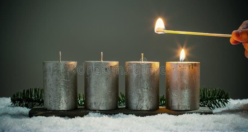 Bougies d'avènements de la lumière quatre avec des matchs images stock