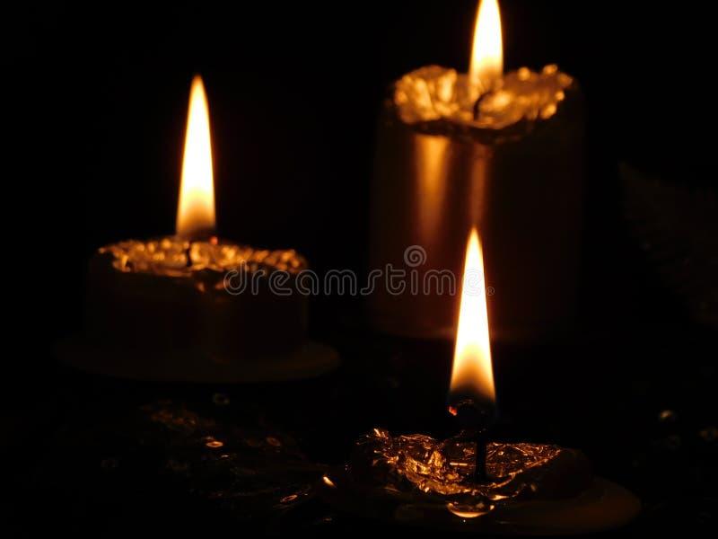 Bougies d'or pendant la nuit foncée photos libres de droits