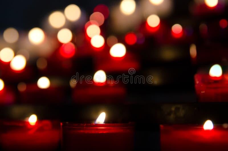 Bougies dans l'église photos stock