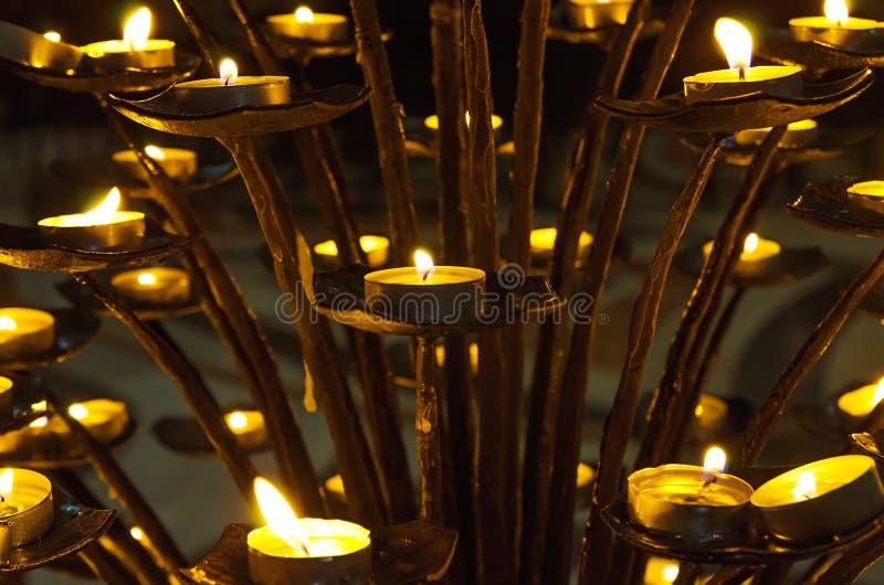 Bougies dans l'église photo stock