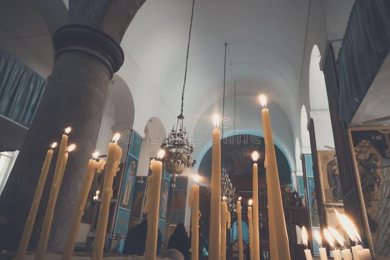 Bougies dans l'église de Madaba Bougies commémoratives orthodoxes dans le sable sur le fond de l'église images libres de droits