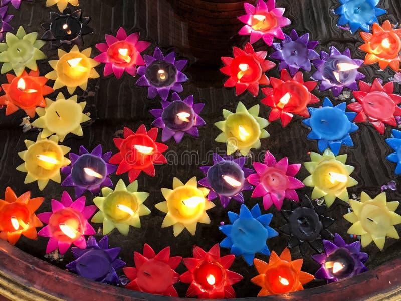 Bougies dans l'étang image stock