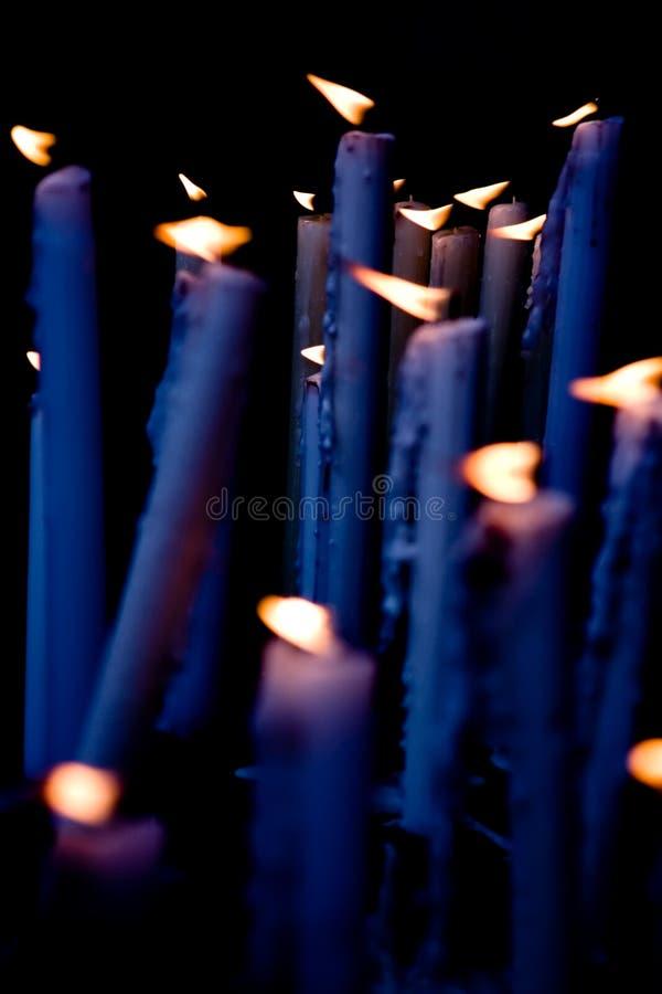 Bougies dans l'autel images libres de droits