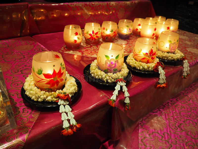 Bougies dans la guirlande de fleur photographie stock