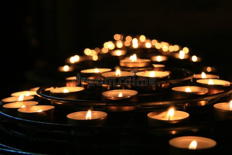 Bougies dans une église image libre de droits