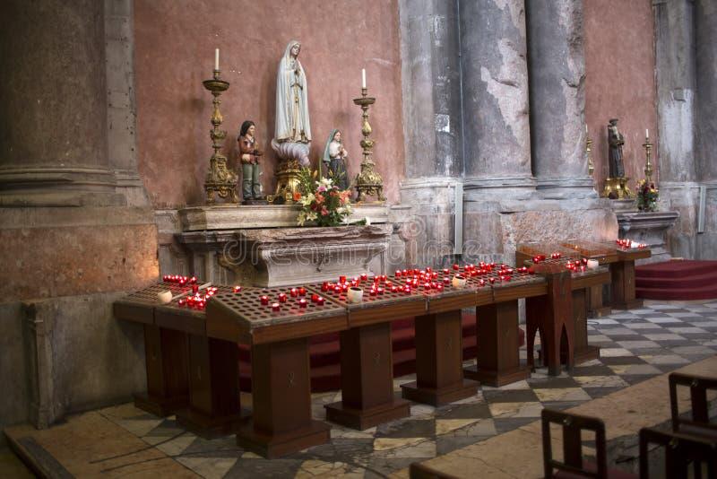 Bougies dans une cathédrale catholique photos stock