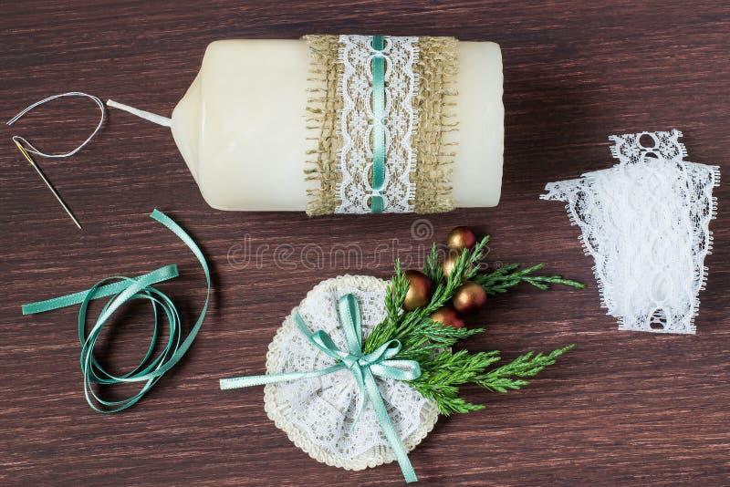 Bougies de décoration de Noël avec vos propres mains Étape 6 photographie stock