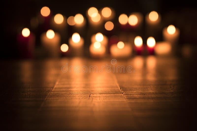 Bougies de Lit brûlant dans l'église images libres de droits