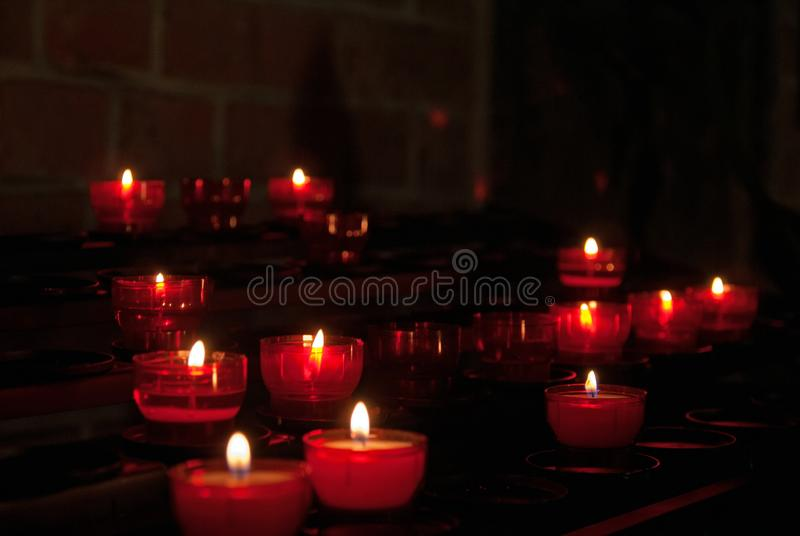 Bougies de mémoire dans l'église photo stock