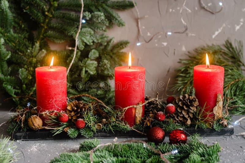 Bougies de Noël avec des branches de sapin photos stock