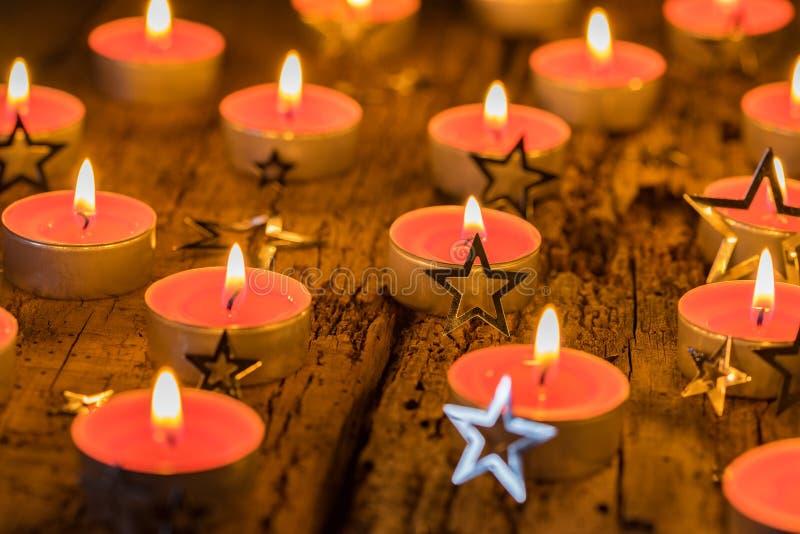 Bougies de Noël avec la décoration de forme d'étoile photo libre de droits